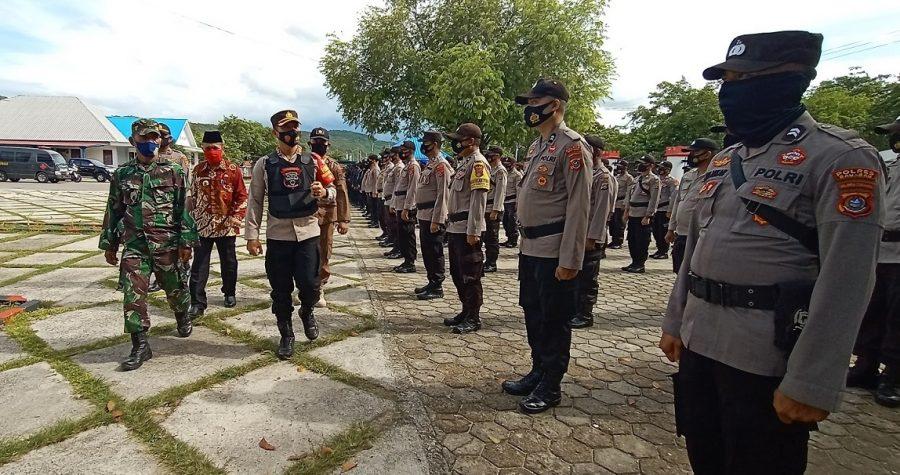 Kapolres Baubau, AKBP Zainal Rio Candra Tangkari saat melakukan pengecekan kesiapan pasukan pengamanan Pilkades serentak di Kabupaten Buton Tengah, Sabtu 19 Desember 2020. (FOTO : La Ode Aswarlin)